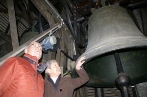 Kirchenpräsidentin Susanne Dschulnigg und Kirchenpfleger Kurt Schweizer im Glockenturm. (Bild: sb)