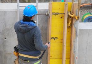 Dieser Bauarbeiter kann sich glücklich schätzen, er hat einen Job. (Bild: tm)