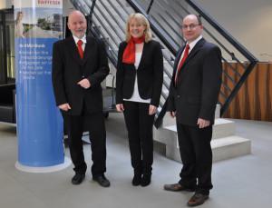 Weiteres Rekordergebnis und Ausbau der Beratungsdienstleistungen: Der Bankleiter der Raiffeisenbank Tägerwilen, Josef Maier (links), zusammen mit Nicole Meili und Ivo Büchel, die das Team verstärken. (Bild: zvg)