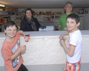 Mirella und André Pelosi mit ihren Buben Aaron und Elia. (Bild: zvg)