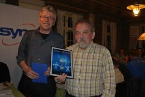 Markus Hess (rechts) wird durch Zentralsekretär Ernst Zülle für 50 Jahre Mitgliedschaft geehrt. (Bild: zvg)