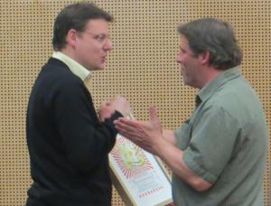 Marc Ellenbroekehrt ehrt Mäx Burkart (rechts) mit der Ehrenmitgliedschaft. (Bild: zvg)