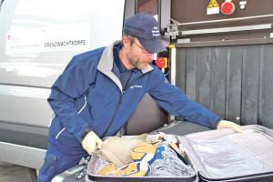 Gepäckkontrolle an einem mobilen Einsatzfahrzeug. (Bild: tm)