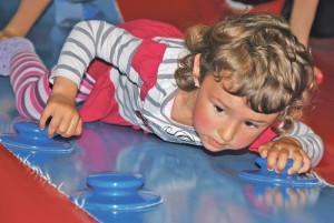 Wenn sich Kinder gerne und viel bewegen, können Schmerzen im Wachstum auftreten. (Bild: Thomas Martens)