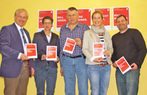 Die Projektgruppe mit den Plakaten (v.l.): Stadtrat David Blatter, Caroline Leuch, Kurt Affolter, Sybille Wiens und Bastian Ehrmann. (Bild: sb)