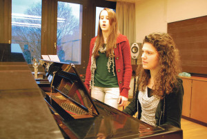 Musisch begabt: Manuela Gsell (am Flügel) komponierte die Musik und studierte die Tänze ein, Isabelle Lüthi schrieb das Drehbuch und übernahm die Regie für das gemeinsame Musical. (Bild: kb)