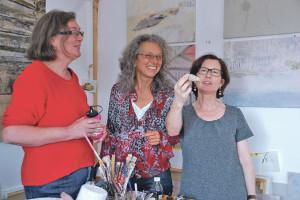 Laden in ihre Ateliers: Die Kreuzlinger Malerinnen Susan Maag, Christine Aebischer und Brigitte Buchholz (v.l.). (Bild: kb)