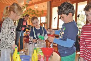 Vor allem die kreative Beschäftigung mit dem Thema Abfall machte den Lengwiler Schulkindern in der Projektwoche viel Spass. (Bild: Thomas Martens)