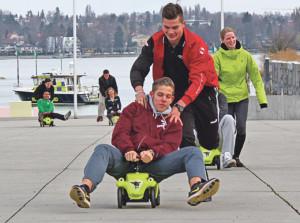 Lernende des Sport-KVs probieren schon mal die Bobbycars aus.(Bild: ek)
