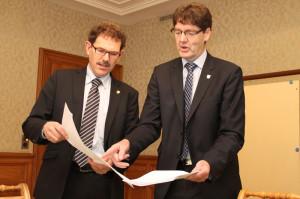 Gallus Müller (rechts) übergibt Regierungsrat Jakob Stark die Studie über die Geschossflächenziffer, in der eine Korrektur gefordert wird. (Bild: zvg)