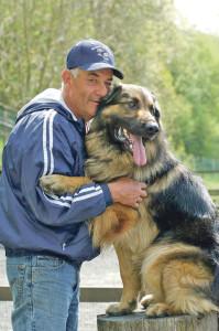 Der Trainer mit dem Hund (Bild: zvg)