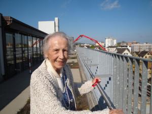 Frau Sonderer verfolgt die Bauaktivität im Alterszentrum mit viel Interesse und Herzblut. (Bild: zvg)