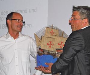 Mit einem Schiffsmodell bedankte sich Interimspräsident Werner Meister (re.) beim bisherigen Gewerbevereins-Präsidenten, Peter Markstaller. (Bild: Thomas Martens)