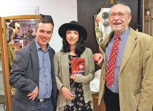 Die beiden Autoren mit der Gastgeberin. (Bilder: Stefan Böker)