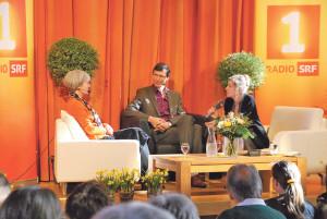 Anita Richner (r.) im Gespräch mit Priska Sieber und Jürg Bregenzer. (Bild: sb)