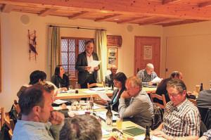 Präsident Erwin Imhof berichtet über das vergangene Jahr. Regierungsrätin Monika Knill und Stadtrat David Blatter (mitte) lauschen seinen Worten. (Bild: ek)