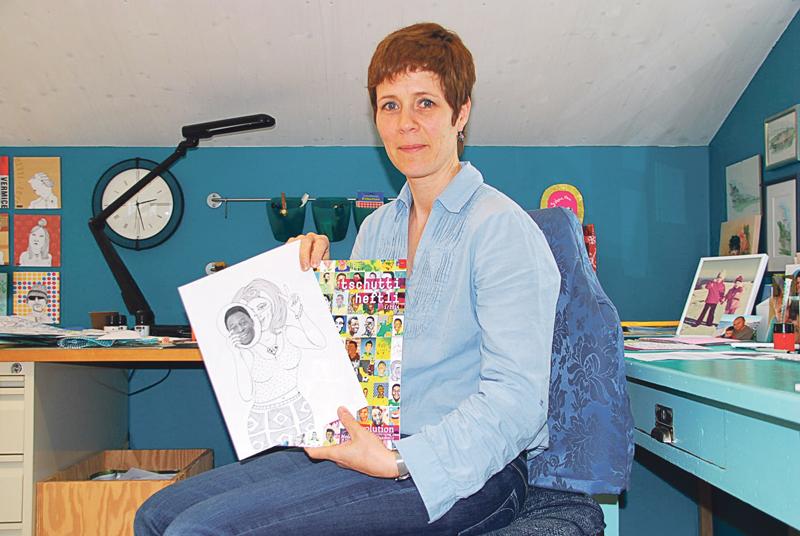 Sabine Hui mit ihrer Pelé-Zeichnung, die im aktuellen «tschutti heftli» zu sehen ist. (Bild: Thomas Martens)