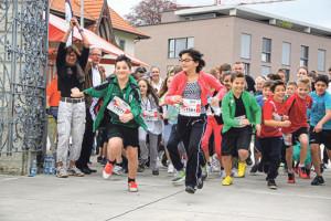 Startschuss zu schweiz.bewegt 2013: Stadträtin Dorena Raggenbass gibt, unterstützt von Schulpräsident Jürg Schenkel, den Seeburglauf frei. (Bild: zvg)