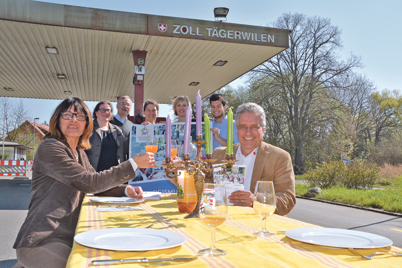 Dorena Raggenbass und Markus Thalmann prosten sich schon mal zu und freuen sich mit den weiteren Organisatoren Josef Bieri (hinten) sowie von Kulturbüro und Konzilstadt Konstanz auf die Sigismundtafel am 24. Mai. (Bild: Thomas Martens)