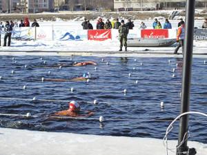 Wollmützen für die Zuschauer, Badekappen für die Schwimmer: Ernst Späti während des Wettkampfs und im wärmenden Bad danach (oben). (Bilder: Helga Falke)