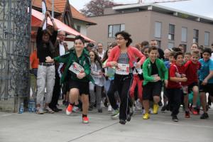 Startschuss zu schweiz.bewegt 2013: Stadträtin Dorena Raggenbass gibt – unterstützt von Jürg Schenkel, Schulpräsident Kreuzlingen, den Seeburglauf frei. (Bild: zvg)