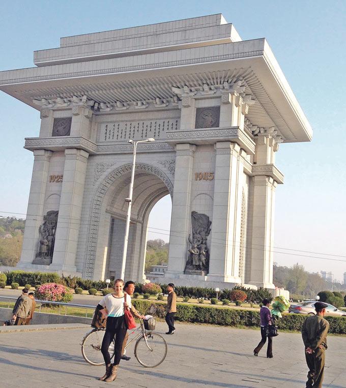 Larissa Baumann vor dem Triumphbogen in der Hauptstadt Pjöngjang, der drei Meter höher ist als sein Pendant in Paris. (Bild: zvg)