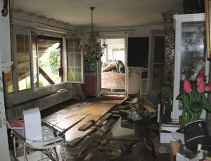 Die Explosion riss den Wohnzimmerboden auf. (Bild: ek)