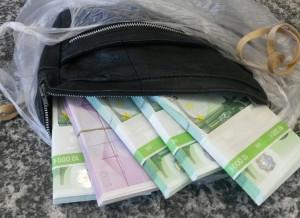 Viel Geld in der Plastiktüte. (Bild: Zoll)