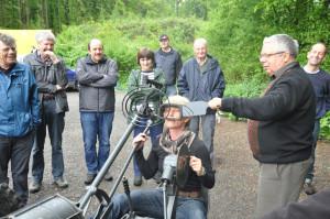 Bunkerwanderin Regula Hug lässt sich von Armin Eugster die Flab-Drillingskanone erklären. (Bild: Werner Lenzin)