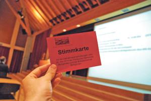 Die rote Stimmkarte der Bottighofer Gemeindeversammlung. (Bild: sb)