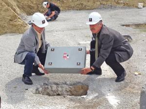 Walter Baumgartner, Direktor Gebäudeversicherung Thurgau (li.), und Verwaltungsratspräsident Urs Obrecht bei der Grundsteinlegung.(Bild: zvg)