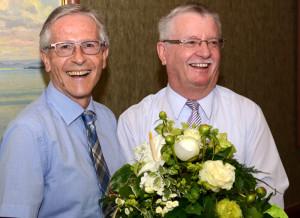 Der designierte Regierungspräsident Claudius Graf-Schelling (links) übergibt dem scheidenden Regierungspräsidenten am Schluss seiner letzten Sitzung einen Blumenstrauss. (Bild: IDK)
