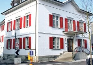 Die Gemeinderatsfraktionen wollen etwas genauer hinter die Fassaden des Stadthauses blicken und stellen Fragen zum Personal.(Bild: Archiv)