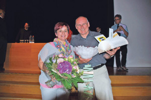 Auch die Primarschule tagte: Blumen für Schulbehördenmitglied Patrizia Trüssel und selbstgebastelte Geschenke für Schulleiter Peter Wenk. (Bild: sb)