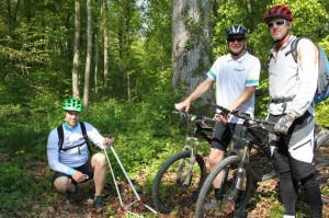 Michael Krucker, Projektleiter beim Sportamt Thurgau, Erich Tiefenbacher vom Forstamt Thurgau und Biker-Vertreter Oliver Kaderli an einem Messgerät der neuen Bike-Trails (v.l.). (Bild: ek)