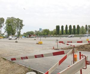 Auf dem Kiesplatz soll ein Parkhaus entstehen. (Bild: ek)
