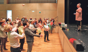Clown Klaus Klücklich bringt den Neu-Pensionierten Jonglieren bei.(Bild: ek)