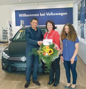 Jesus Joga, Geschäftsführer der AMAG Kreuzlingen, überreicht Elke Disimino  im Beisein ihrer Tochter den Gutschein für ihr Traumauto. (Bild: zvg)