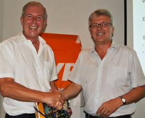 Ernst Thoma (links) wurde  für seine zwölfjährige Amtstätigkeit als Gemeinderat und Vorstand vom Präsidenten Ernst Zülle für seinen Einsatz gewürdigt. (Bild: zvg)