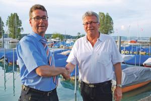 CVP-Fraktionspräsident Thomas Dufner gratuliert Stadtrats-Kandidat Ernst Zülle (re.) zum überzeugenden Votum der Parteimitglieder. (Bild: Thomas Martens)