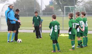 Kristijan Djordjevic (li.) bei der Arbeit mit jungen Fussballern. (Bild: Mario Gaccioli)