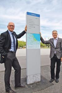 Stadtammann Andreas Netzle und Projektkoordinator Christian Müller präsentieren das Fussgängerleitsystem der Stadt Kreuzlingen. (Bild: IDK)