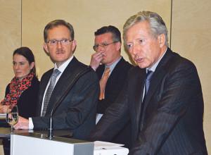 HNZB-Geschäftsführer Martin Costa (Zweiter von links) und Verwaltungsratspräsident Dierk Maass (rechts) müssen sich weiteren unbequemen Fragen stellen. Im Hintergrund die beiden Rechtsanwälte Catherine Rutishauser (Kreuzlingen) und Eckhard Besuden (Konstanz). (Bild: Thomas Martens)