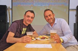 Bier, Burger und Fussball: Zwei Freunde geniessen den Feierabend im Public-Viewing-Zelt vor dem Restaurant Alti Badi am Kreuzlinger Hafen. (Bild: sb)