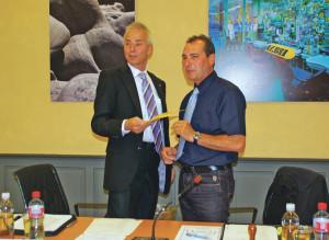 Der höchste Kreuzlinger, Rolf Rindlisbacher von der SVP, erhält ein Geschenk vom scheidenden Gemeinderatspräsidenten Alfredo Sanfilippo (CVP). (Bild: sb)
