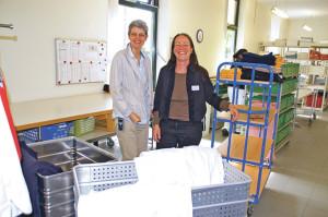 Geschäftsführerin Anna Jäger und Franziska Keller, Leiterin Zentrale Dienste, freuen sich, dass die Wäscherei im AZK erweitert werden kann. (Bild: sb)