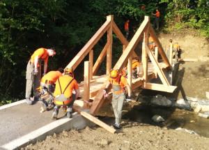 Pioniere der Zivilschutzregion Kreuzlingen bauten eine neue Brücke über den Stichbach. (Bild: zvg)