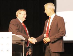 Willi Gubser (links) übergibt die Führung an André Ess. (Bild: zvg)
