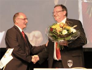 Bankleiter Josef Maier (links) verabschiedet Verwaltungsratspräsident Willi Gubser. (Bild: zvg)