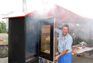 Frische Fische aus dem Räucherofen – Wolfgang Ribi ist zu Gast am Ermatinger Buuremarkt. (Bild: zvg)